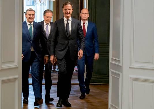 De leiders van de nieuwe regeringspartijen. Vlnr: Sybrand Buma, Alexander Pechtold, Mark Rutte en Gert-Jan Segers.