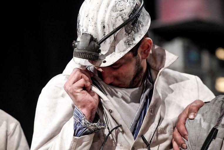 Een geëmotioneerde mijnwerker bij de sluiting van de laatste kolenmijn van Duitsland.  Beeld EPA