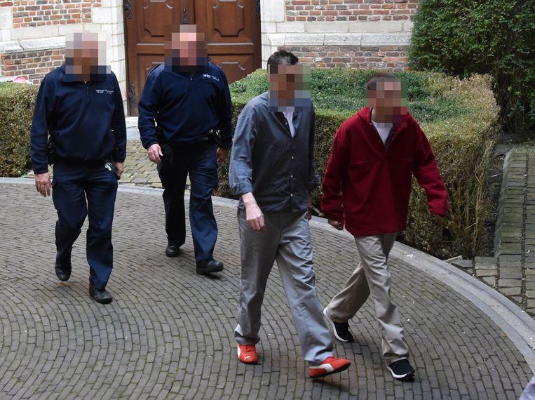 Bruno R.D.S. (rechts) en José P.V. (tweede van rechts) worden terug naar de gevangenis gebracht.