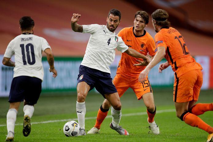 Leonardo Spinazzola op 7 september in duel met twee spelers van zijn vorige club Atalanta, Marten de Roon en Hans Hateboer.