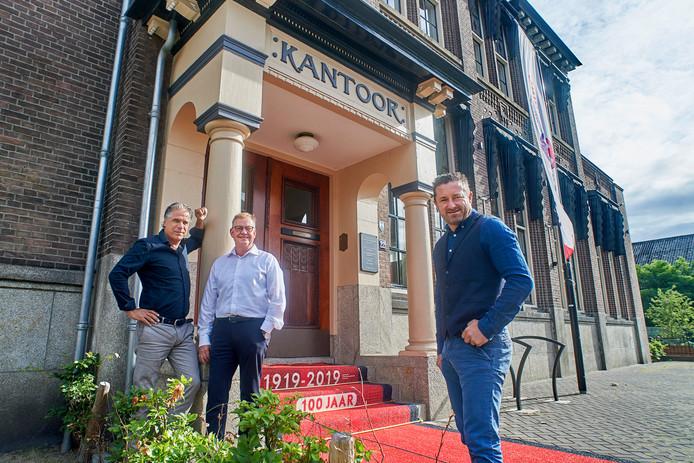 Het Bergosskantoor is een van de mooiste panden van Oss. Het pand bestaat 100 jaar. Op de foto vlnr. Peter Taylor Parkins, Bernie van Zandvoort en Ton Kemkens.