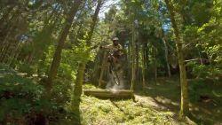 Drone volgt mountainbiker tijdens waanzinnige downhill