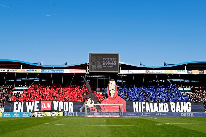 Het 'En we zijn voor niemand bang'-spandoek tijdens de laatste derby tussen Willem II en NAC.