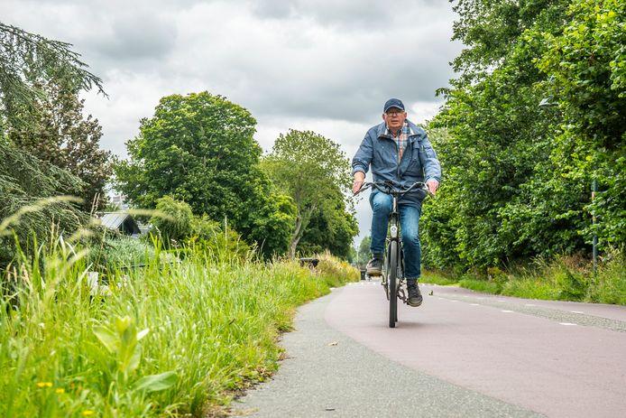 André van Kleinwee fietst graag langs de 'groene vingers' van Zoetermeer, zoals hij de bermen omschrijft.