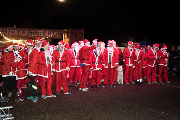 Zo'n 400 kerstmannen aan de start van de jaarlijkse Santa Run voor het goede doel.