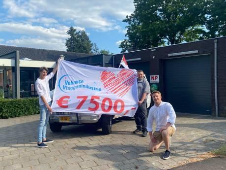 Bevrijdingsvlag Apeldoorn levert 7.500,- euro op voor Rode Kruis