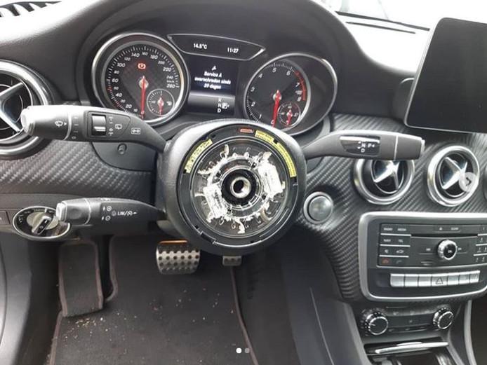 Een van de auto's waaruit stuur en airbag werden gestolen.
