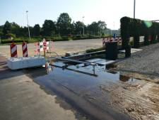 Gesprongen waterleiding zet oprit woning blank in Nijkerk