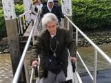 Studenten varen met bejaarden over de Maas