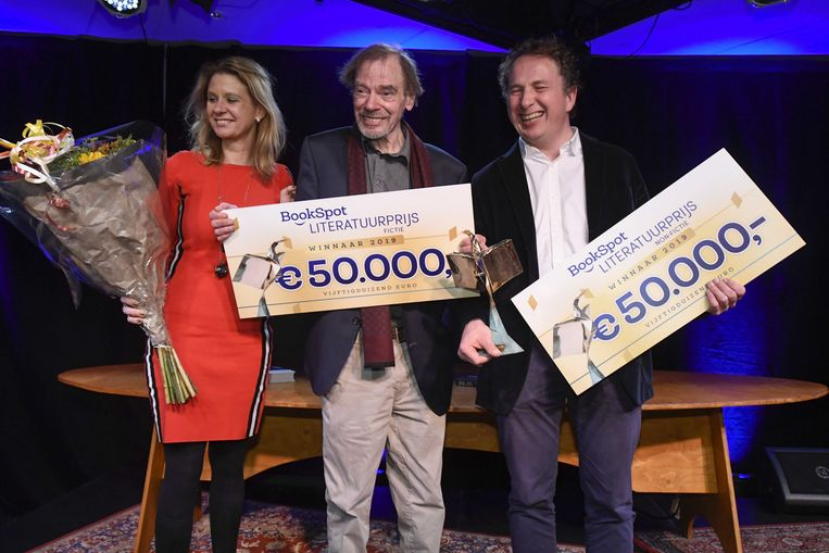Wessel te Gussinklo (midden) neemt de BookSpot Literatuurprijs 2019 in ontvangst in de categorie fictie. Wessel te Gussinklo won de prijs voor zijn boek De hoogstapelaar. Sjeng Scheijen (rechts) won de prijs voor het beste non-fictieboek met zijn boek De avant-gardisten.