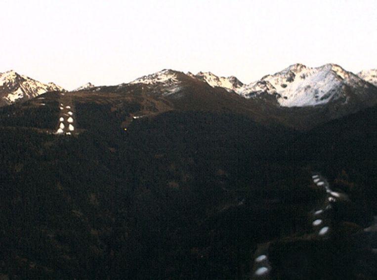 De omgeving van Ischgl op de webcam. Bij de witte stippen staan de sneeuwkanonnen. Beeld