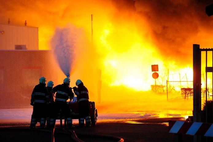 Brandweerlieden bestrijden woensdag de brand die woedt bij Chemie-Pack.