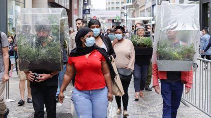 Kunstenaar laat mensen met 'kruidenserres' op hoofd door Nieuwstraat lopen