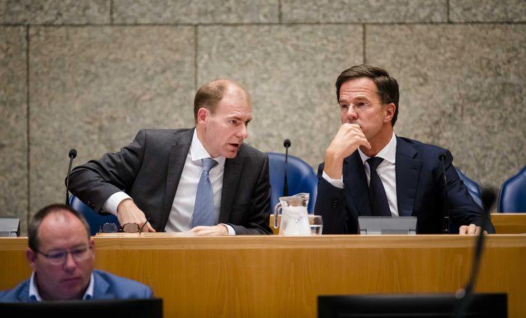 Staatssecretaris Menno Snel van financiën (D66) en Premier Mark Rutte tijdens het Tweede Kamerdebat over de dividendbelasting.  Beeld ANP