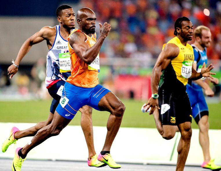 Churandy Martina in actie op de 200 meter van de Spelen van Rio. De sprinter is mogelijk een van de sporters die baat hebben bij de regeling.  Beeld ANP