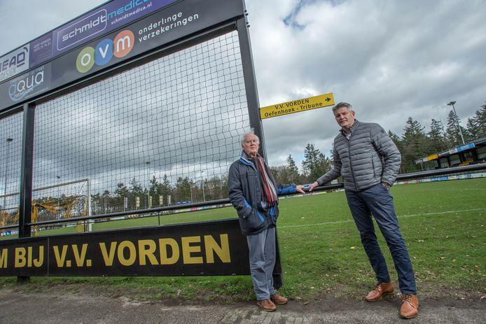 VV Vorden-voorzitter Marc van der Linden (rechts) en Wim Enzerink (lid van de werkgroep privatisering) op het nu nog te krappe sportpark van de Vordense voetbalclub. Van der Linden: ,,Twee extra velden is geen optie. Daar hebben wij domweg de ruimte niet voor.''