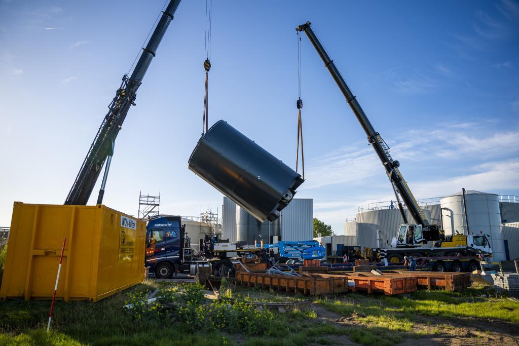 De 22 ton zware opslagsilo's bij de Energiefabriek in Sleeuwijk worden geplaatst.