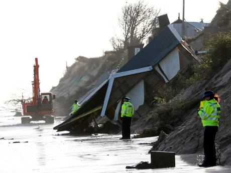 Afbrokkelende kust Engeland: huizen vallen in zee