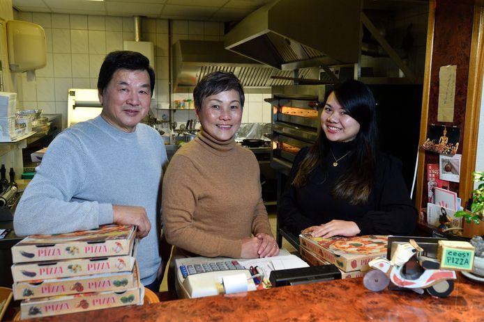 """Hwe Pong Khor, Mooi Heong Lim en dochter Sheau Khor aan de afhaalbalie voor de keuken waar ze in 25 jaar duizenden pizza's bakten. ,,We hebben alles gedaan om de authentieke Italiaanse smaken te bereiken."""""""