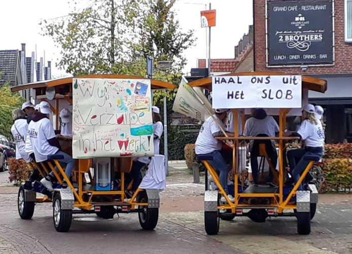 Leerkrachten van de Gabriëlschool in Putten deden met een ludieke actie mee aan de landelijke onderwijsstaking.