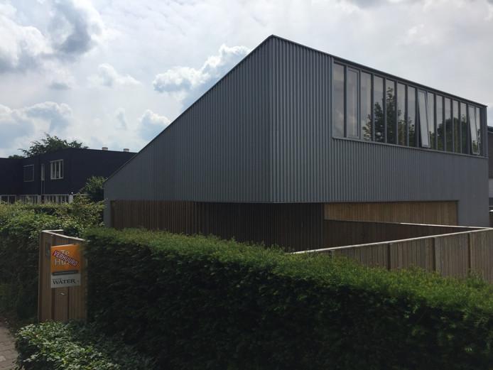 Na de zomer neemt de GGD intrek in dit pand in Berkel-Enschot, met op de achtergrond basisschool Berkeloo