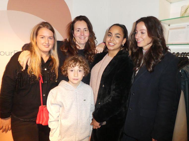 Margriet Huisman, Saskia van Langevelde, Nikita Hussainali en Anke de Jong, allemaal Glamour, met Pippin – tenminste nog een andere vent hier. Beeld Hans van der Beek