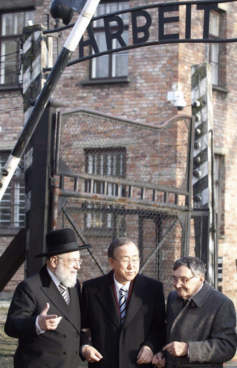 Marian Turski (R)in Auschwitz in 2013. Beeld epa
