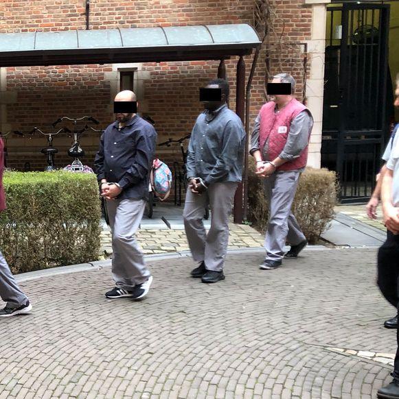 Tom B. (rechts) op weg naar de raadkamer in Turnhout.