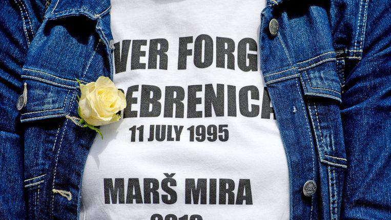 Een deelnemer aan de Nationale Srebrenica Herdenking op het Plein in Den Haag, waar de ruim 8.000 slachtoffers van de genocide in Srebrenica worden herdacht. Beeld anp
