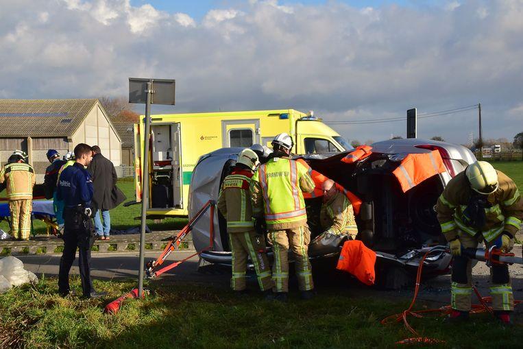 Eens het dak opengeknipt en overgeplooid, kon het slachtoffer uit de wagen worden gehaald.