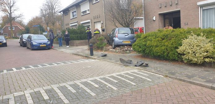 Aan de Zonnebloemstraat in Groesbeek is een een auto in een tuin gereden.