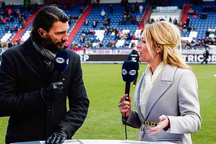 Hélène Hendriks interviewt oud-voetballer Geert den Ouden voor de camera van FOX Sports.