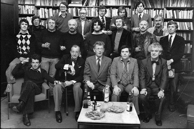 1976, de kamer van Geert Lubberhuizen (1916-1984), uitgever van de Bezige Bij. Achterste rij vanaf links: Remco Campert, Nico Scheepmaker, Julius Vischjager, Willem van Malsen, Gerard van Lennep. Middelste rij: Kees van Kooten, Peter van Straaten, Frits Muller, Henk Hofland, Tim Krabbé , Wim Zaal, G. Brands, Eelke de Jong, Rudy Kousbroek. Voorste rij: Joost Roelofsz, Henri Knap, Simon Carmiggelt, Ischa Meijer, Herman Hofhuizen. Beeld Eddy Posthuma de Boer