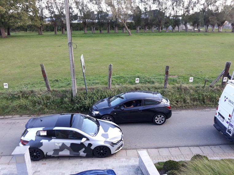 Auto's kunnen maar moeilijk in twee rijrichtingen passeren in de Beernaardstraat bij druk verkeer.