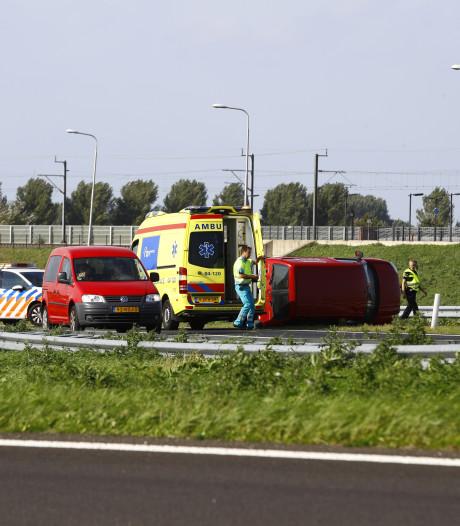 Busje op zijn kant op N50 bij Kampen-Zuid