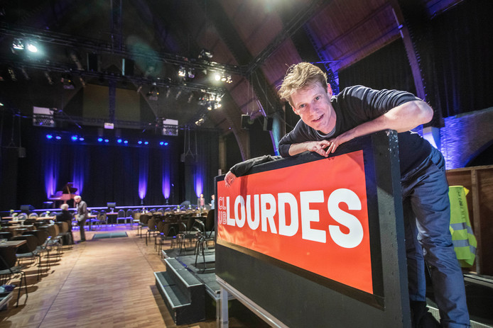 Thom Ferwerda maakte in 2018 een documentaire over de cabarettraditie in Scheveningen en is nu een van de mannen achter Club Lourdes.