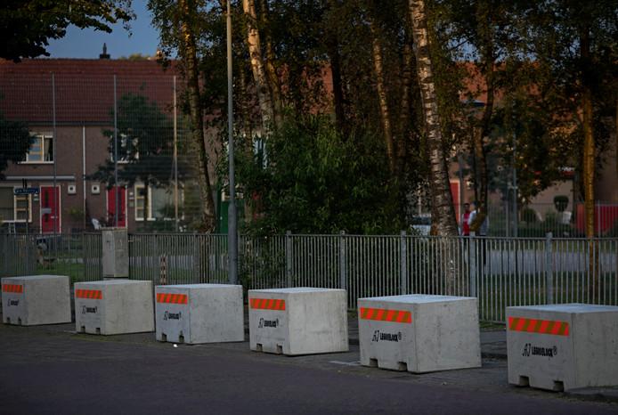 Er zijn betonnen blokken geplaatst op de parkeerplaatsen voor de hangplek.
