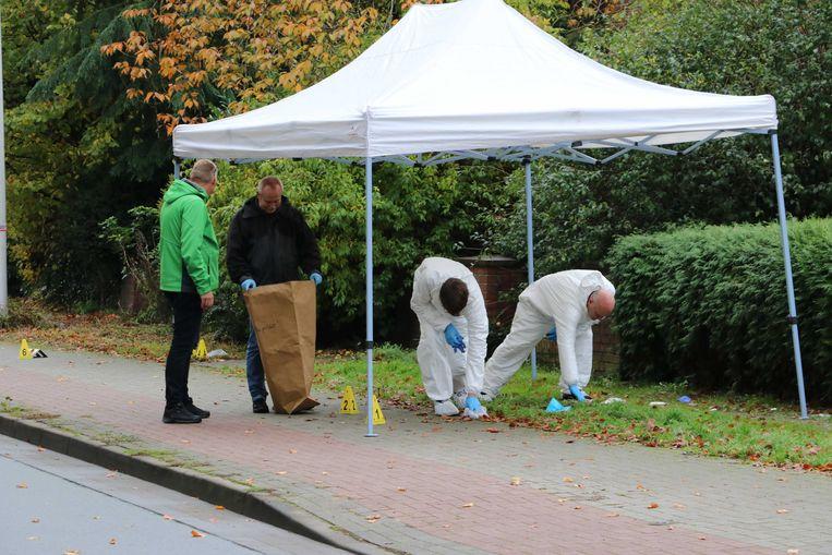 Onderzoek in Gronau, waar advocaat Philippe Schol vanuit een rijdende auto beschoten werd. Beeld ANP