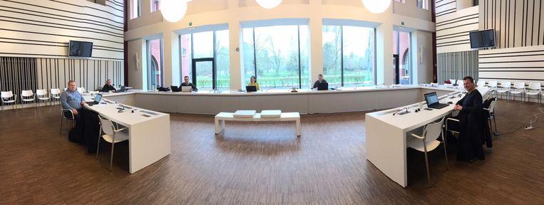 Het schepencollege vindt plaats in de raadszaal.