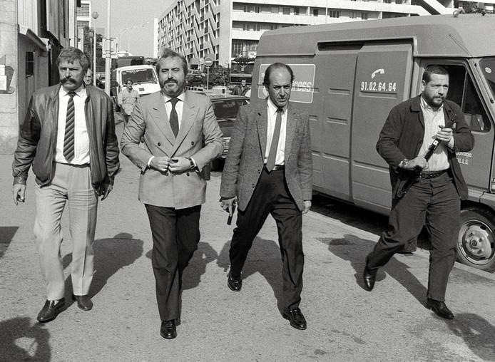 De Siciliaanse onderzoeksrechter Giovanni Falcone (tweede van links), vijand nummer één van de maffia, was altijd omringd door bewapende beveiligers.