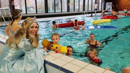 Feestelijke duik in vernieuwd zwembad