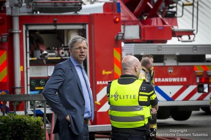 Burgemeester Cornelis Visser komt zelf poolshoogte nemen.