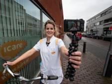 Martine (26) uit Elburg vlogt over haar werk in de thuiszorg: 'Ik verzorg niet alleen maar stoma's'
