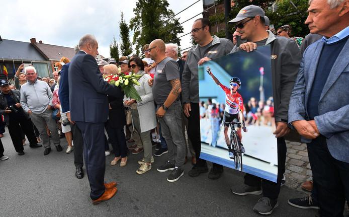 Een portret van de verongelukte wielrenner Bjorg Lambrecht wordt getoond voorafgaand aan een etappe in de Binck Bank Tour.