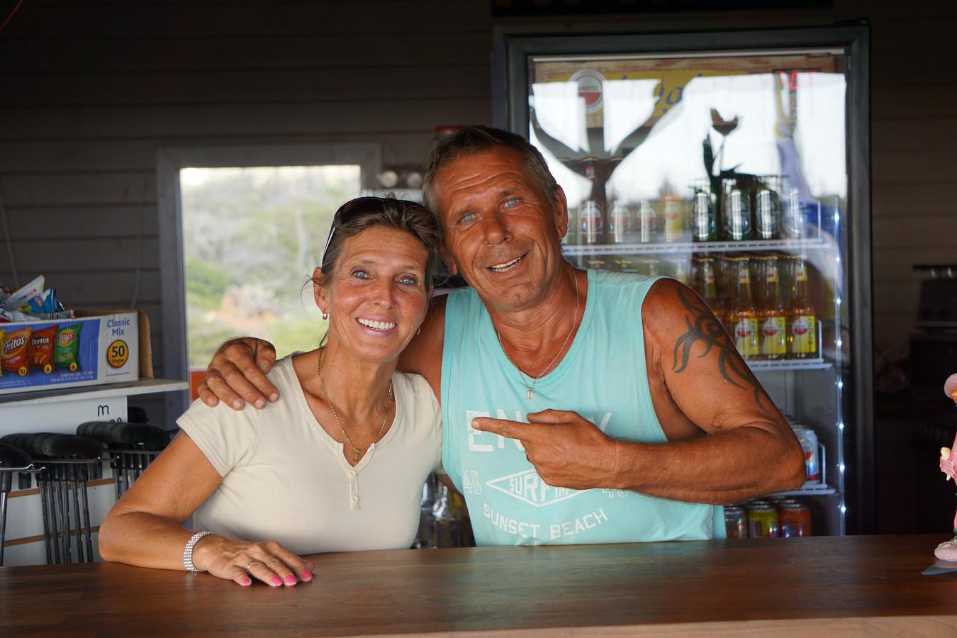 Hans en Karin uit Ik Vertrek. Zij hebben een midgetgolf baan op Bonaire gebouwd.