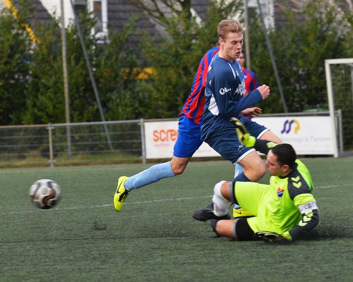 Roy Staps van SV Reeshof stuit op SVG-keeper Joey Wouters.