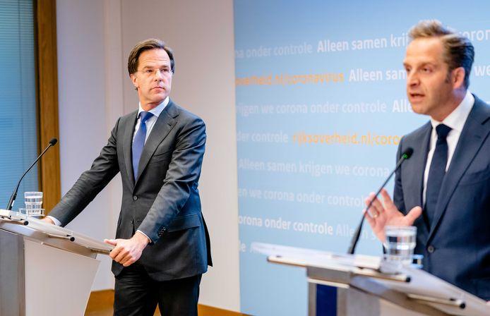Premier Mark Rutte en minister Hugo de Jonge tijdens de persconferentie van het kabinet.