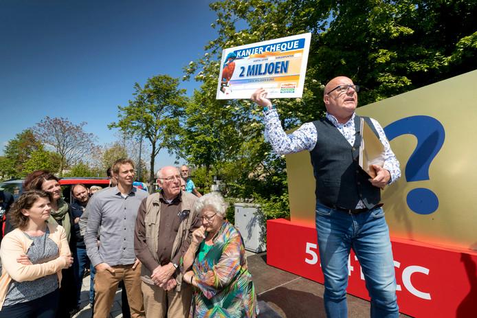 Gaston van de Postcodeloterij komt naar Son en Breugel. Op de foto reikt hij twee miljoen euro uit in de Weidestraat in Rosmalen.