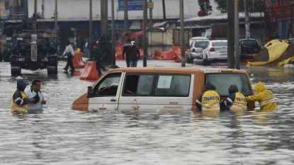 Tropische storm zet Mexicaanse straten blank