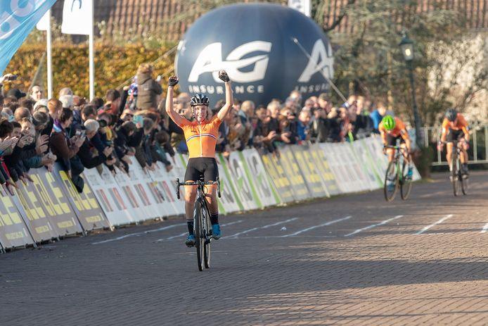 Annemarie Worst wint het EK veldrijden in Rosmalen. Marianne Vos (groene helm) wordt tweede, gevolgd door Denise Betsema.